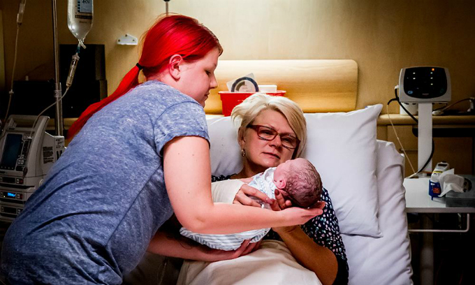Xúc động chuyện mẹ mang thai hộ con gái bị bệnh bạch cầu