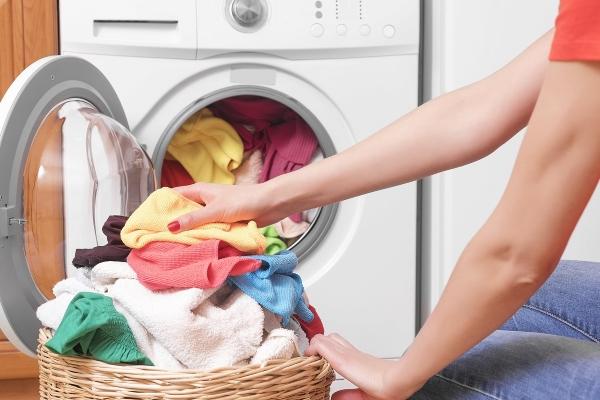 9 mẹo tiết kiệm thời gian giặt quần áo không phải ai cũng biết