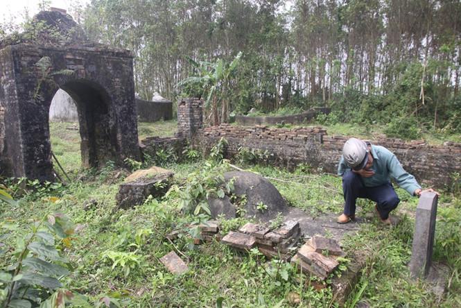 Mộ phi tần vua Thành Thái bị bỏ quên trong hoang tàn