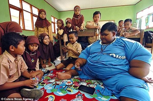 Arya Permana cậu bé nặng nhất thế giới muốn trở thành cầu thủ bóng đá