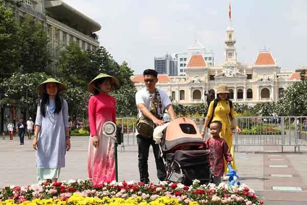 Đường Nguyễn Huệ - Ngập tràn sắc hoa