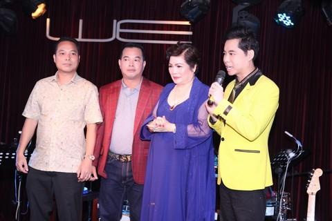 Ba anh em Ngọc Sơn tụ hội hát mừng sinh nhật mẹ