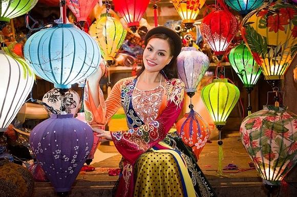 Ngỡ ngàng trước vẻ dịu dàng của người đẹp Trần Huyền Nhung ở phố lồng đèn Hội An