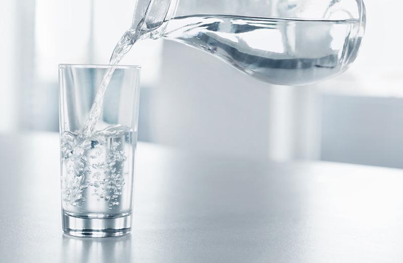 Sợ đi tiểu đêm nên không uống nước, nguy cơ ra sao?
