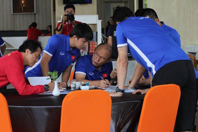 HLV Park Hang Seo họp khẩn, căng thẳng chọn đội hình ra sân gặp Pakistan