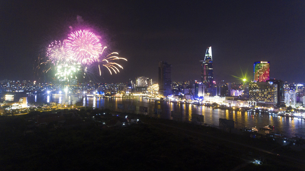 Ngắm pháo hoa Sài Gòn ấn tượng từ flycam