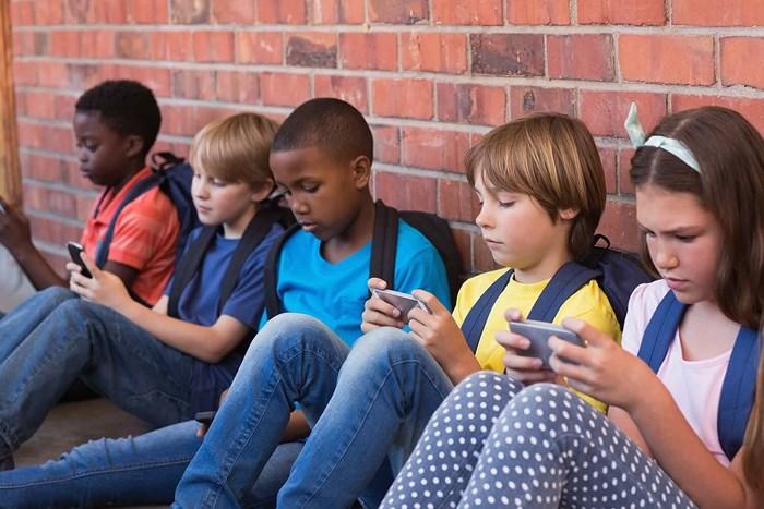 Vì sao Pháp cấm điện thoại thông minh trong trường học?