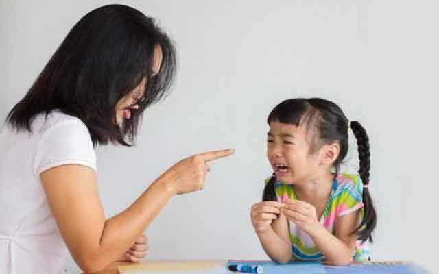 Những hành động này của cha mẹ sẽ khiến con ảnh hưởng tâm lý