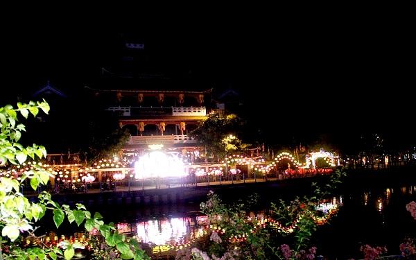 Lễ Phật đản, hàng ngàn người tập trung thả hoa đăng trên kênh Nhiêu Lộc