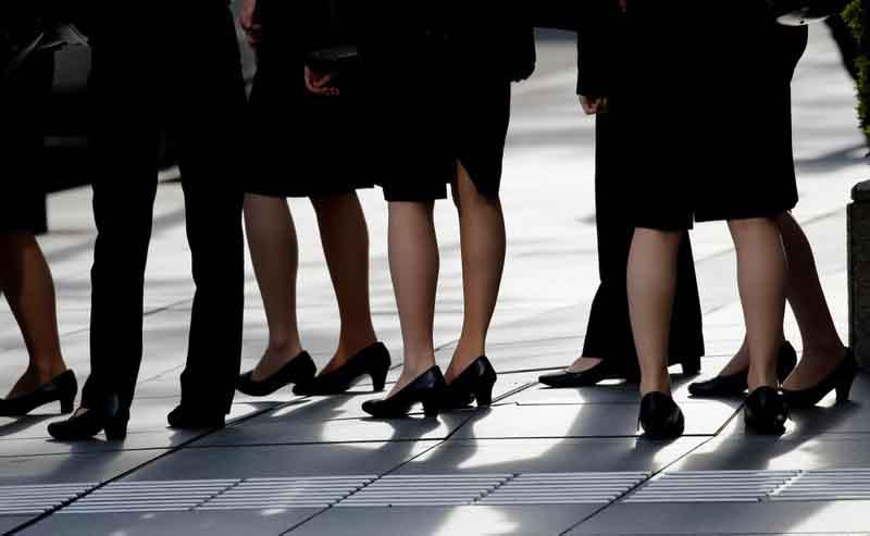 Phụ nữ Nhật đồng lòng phản đối việc đi giày cao gót nơi công sở