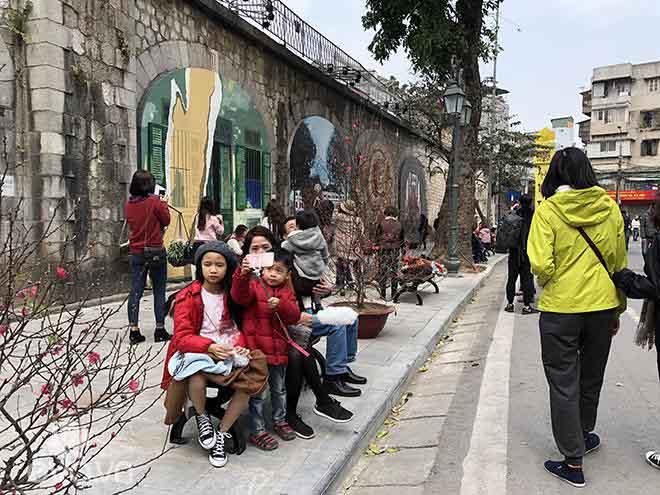 Tái hiện Hà Nội xưa qua những bức vẽ tại phố bích họa Phùng Hưng