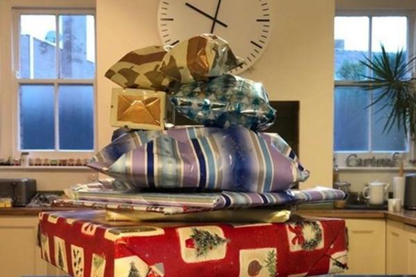 Cụ ông gói quà cho 14 mùa Giáng sinh gây xúc động cộng đồng mạng