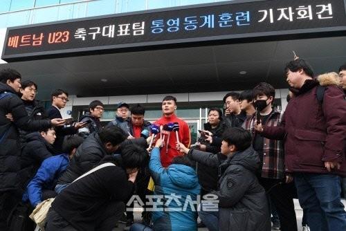 Quang Hải tự tin trước các câu hỏi của báo chí Hàn Quốc dành cho mình