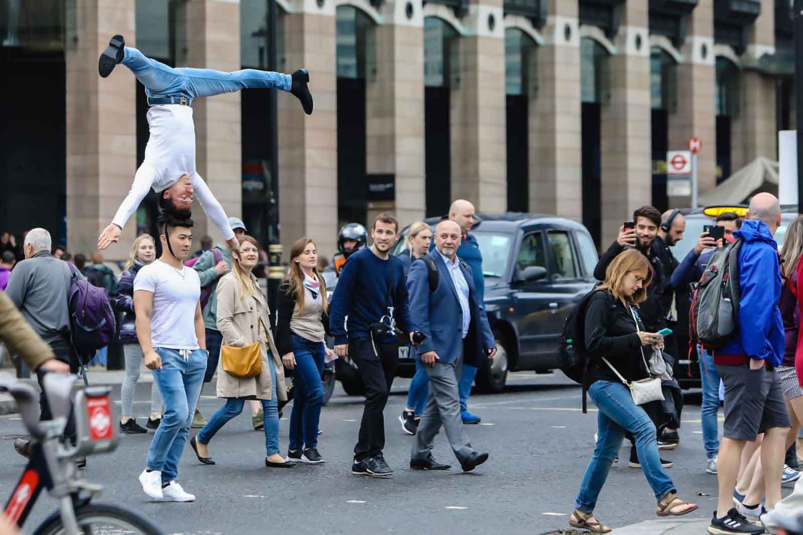 Quốc Cơ- Quốc Nghiệp trồng đầu di chuyển trên đường phố Anh Quốc
