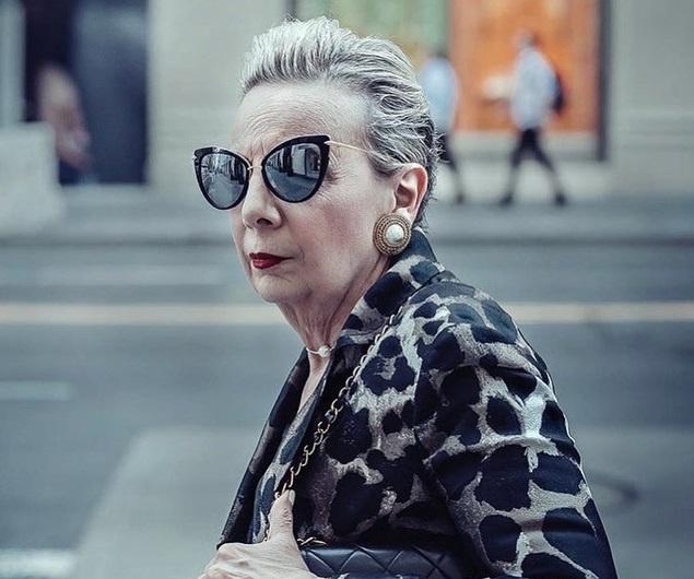 Hình ảnh trên phố của những phụ nữ không tuổi ai nhìn cũng phải ngưỡng mộ