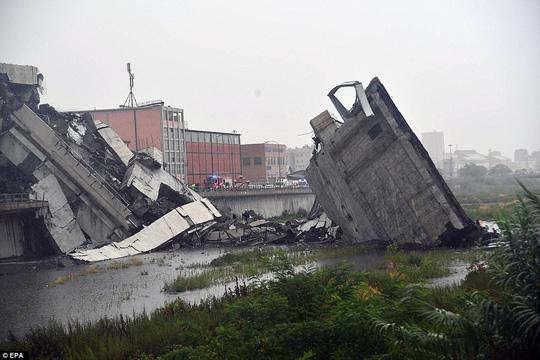 Ý: Sập cầu đường cao tốc, nhiều người chết