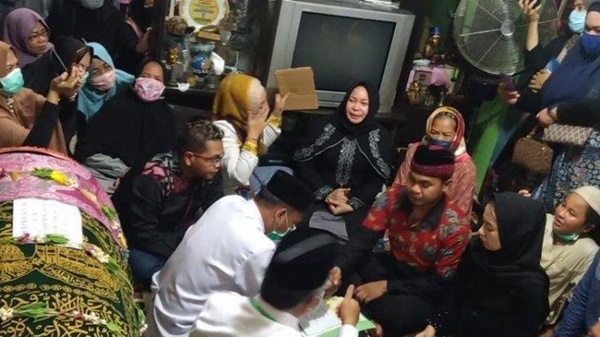 Cặp đôi người Indonesia làm lễ cưới bên xác chết của cha chú rể