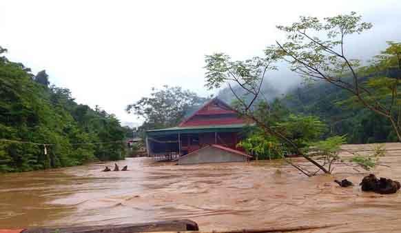 Nước lũ đổ về từ Lào, người dân ở miền Trung phải di dời trong đêm