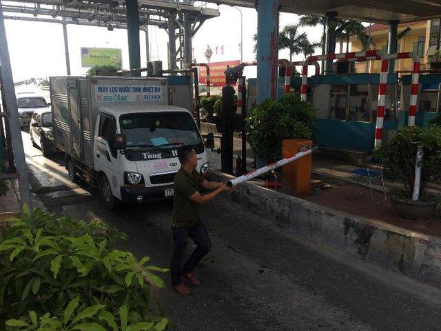 Trạm BOT Tân Đệ, tài xế hất tung barie và không trả phí