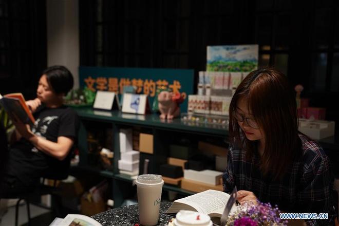 Dịch vụ đọc sách đêm khuya 'đắt như tôm tươi' ở Thượng Hải