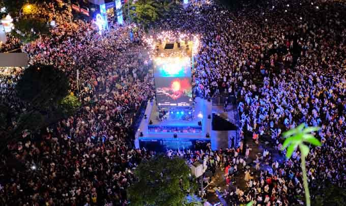 Khán giả nô nức đến phố đi bộ xem Thanh Bùi hát cùng Apl De Ap