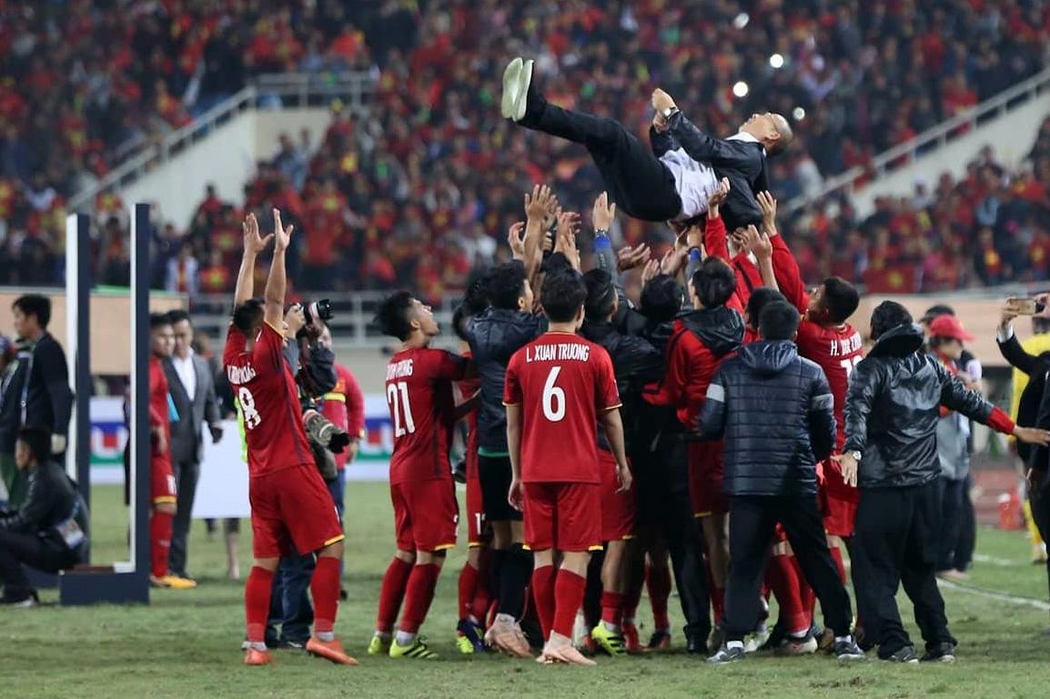 HLV Park Hang Seo được học trò công kênh sau chức vô địch