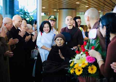 Thiền sư Thích Nhất Hạnh về Việt Nam với thần sắc thoải mái