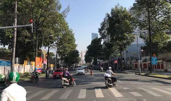 Sau Noel tối qua, nhiều con đường ở Sài Gòn sáng nay bỗng nhiên thoáng lạ
