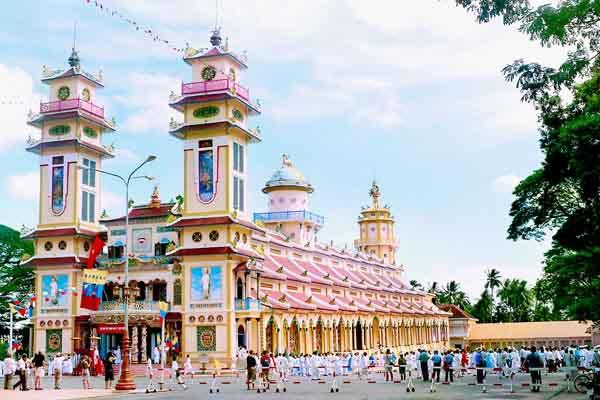 Tòa Thánh Tây Ninh - điểm du lịch tâm linh hấp dẫn du khách quốc tế