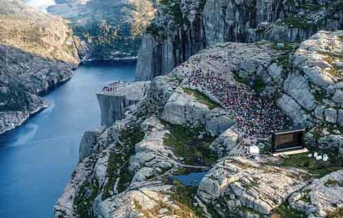 Hàng nghìn fan hâm mộ leo 4 giờ lên vách núi xem bom tấn của Tom Cruise