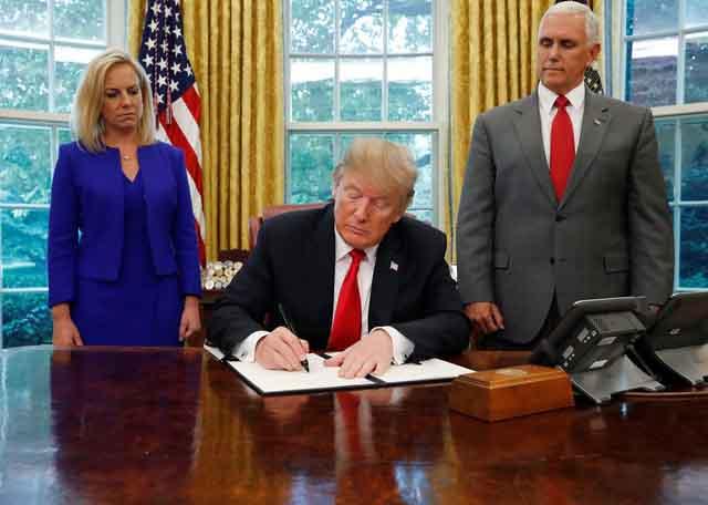 Ông Trump từ bỏ chính sách chia rẽ gia đình người nhập cư lậu