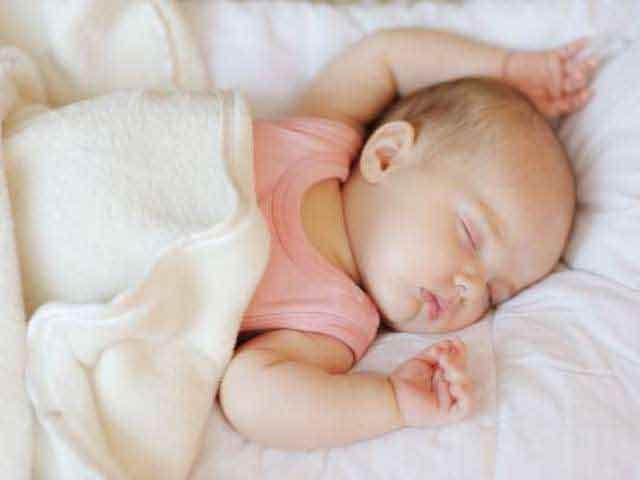 """Lý giải tư thế ngủ kiểu """"đầu hàng"""" của trẻ sơ sinh"""