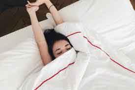 Tác hại của việc ngủ trùm chăn kín đầu