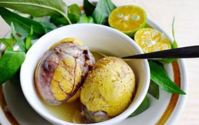 Vì sao trứng vịt lộn cần ăn kèm gừng và rau răm?