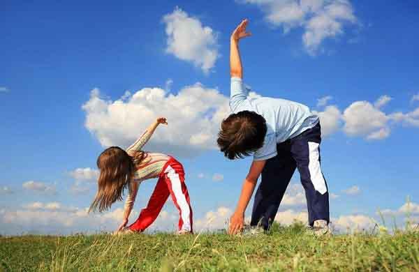 Cách nào giúp cha mẹ tăng đề kháng cho con khi ra ngoài thời điểm giao mùa