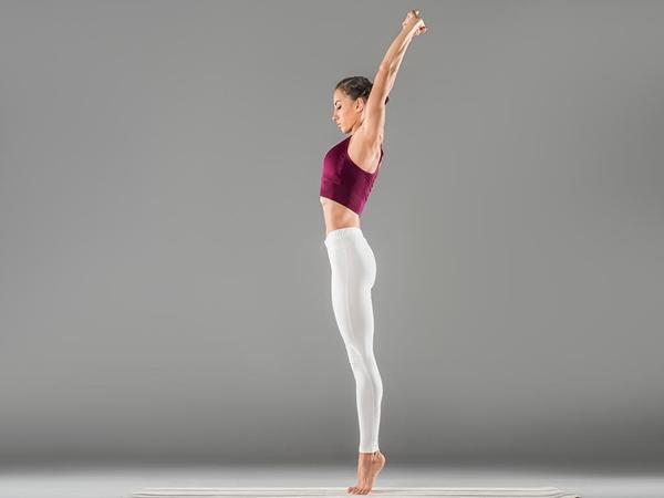 Thực hành tư thế Tadasana tập yoga giúp giảm mỡ bụng