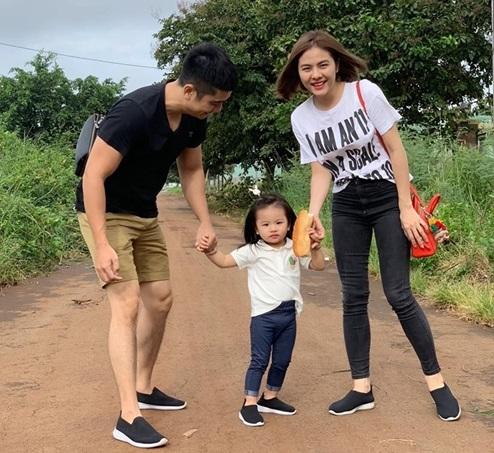 Con gái Vân Trang mới 2 tuổi đã biết phụ mẹ việc nhà