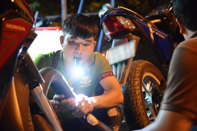 Có những người Sài Gòn 'rảnh đến dễ thương' khi đưa người xỉn về nhà, vá xe miễn phí