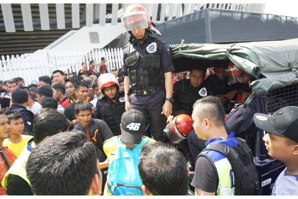 CĐV Malaysia giẫm đạp nhau trong ngày bán vé chung kết AFF Cup với Việt Nam