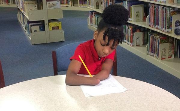 Không có 2 bàn tay nhưng bé gái vẫn đạt giải thưởng viết chữ của Mỹ