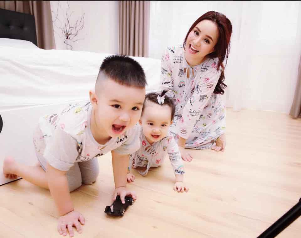 Con trai Vy Oanh thích chọc em cười