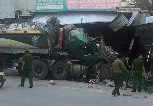 Gần sáng, xe tải đâm phải ba nhà dân