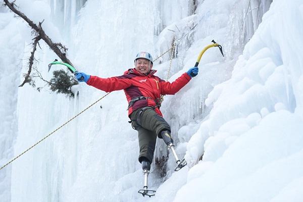 Cụ ông 70 tuổi chinh phục đỉnh Everest với đôi chân giả