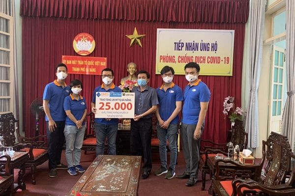 First News tặng sách, khẩu trang cho người dân Đà Nẵng chống COVID-19