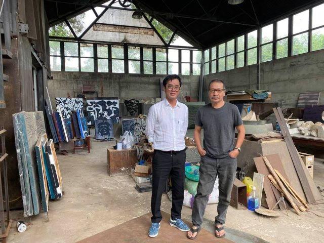 Họa sĩ Đinh Phong đi thăm xưởng làm việc của nhà điêu khắc Đào Châu Hải ở Phú Thọ.
