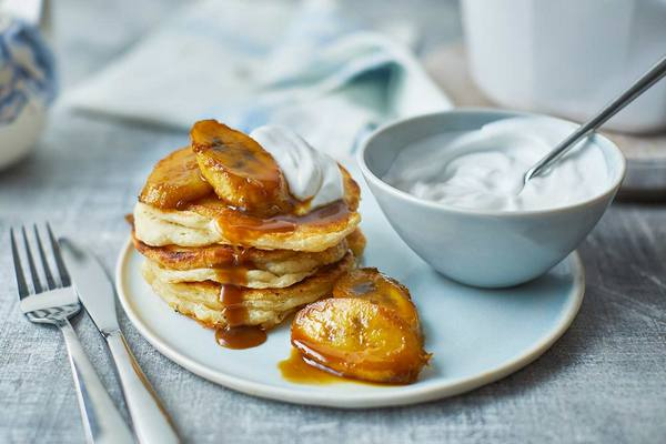 Bữa sáng cuối tuần tiện lợi và dinh dưỡng với bánh kếp chuối và sữa chua