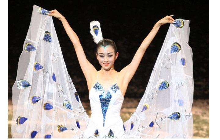 """""""Thiên nga múa Trung Quốc"""" đẹp không tì vết ở tuổi 60 nhờ ngừng ăn cơm"""