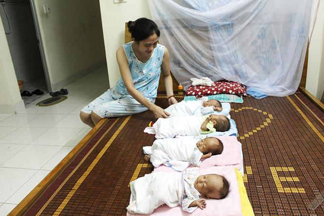 Người mẹ cược mạng sống sinh 4 bé đang thiếu sữa để nuôi con