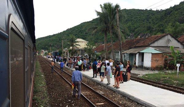 Phú Yên: Tàu đang chạy bốc cháy, hành khách tháo chạy