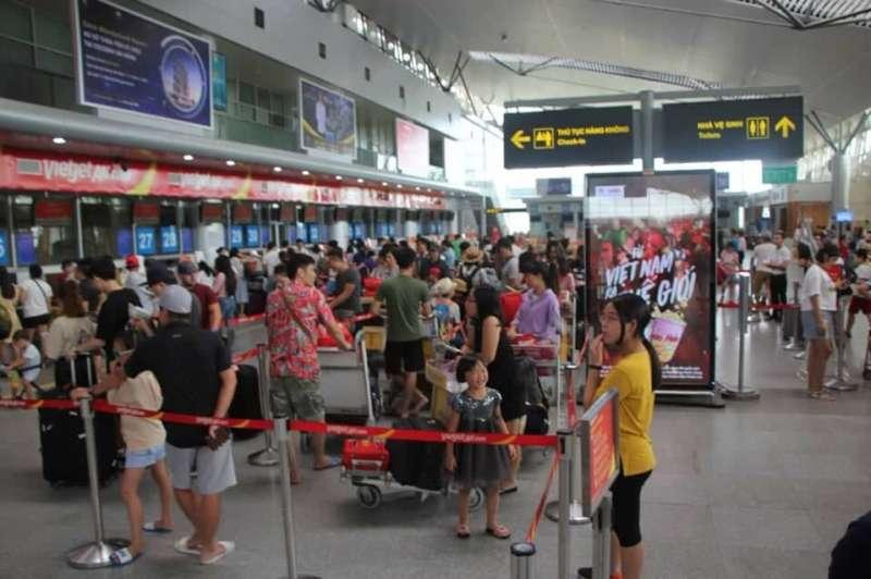 Phạt nam hành khách ném điện thoại vào nhân viên sân bay 7,5 triệu